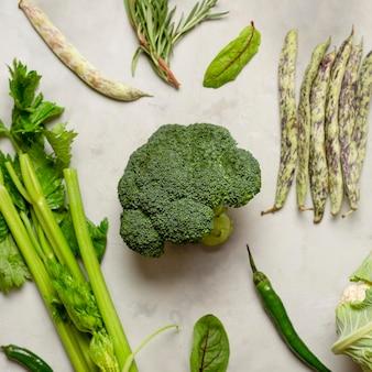 Flach gelegtes grünes gemüse arrangement