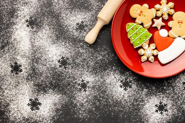 Flach gelegtes weihnachtslebkuchenplätzchensortiment mit kopienraum