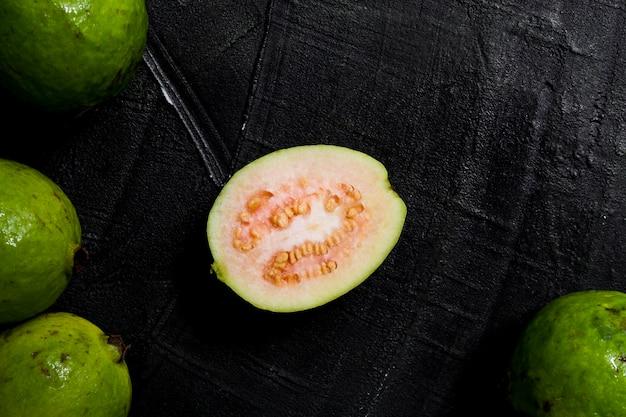 Flach geschnittene guavenfrucht legen
