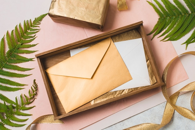 Flach in der schublade liegende umschläge mit geschenk