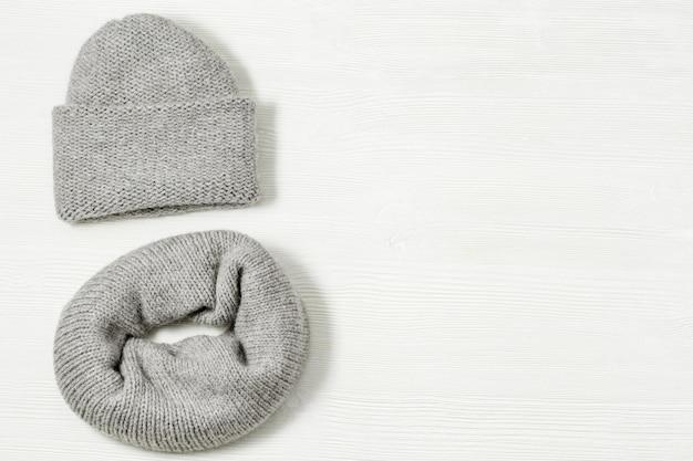 Flach lag aus warmer winterdamenbekleidung, strickmütze, strickschal.