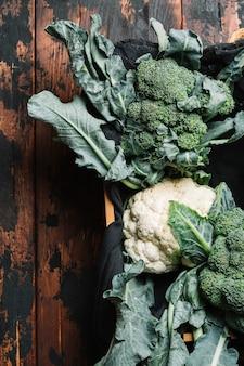 Flach lag brokkoli mit blättern in einem korb