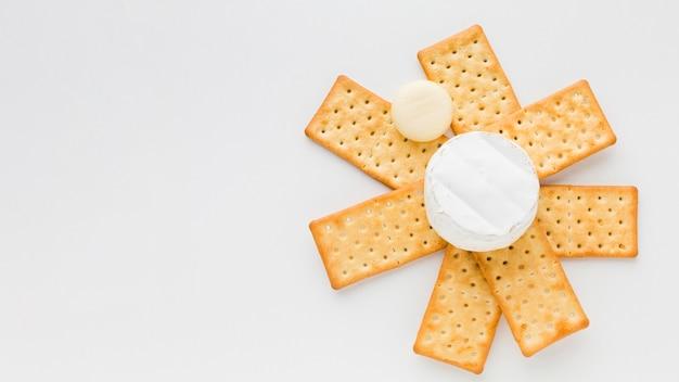 Flach lag camembert auf cracker