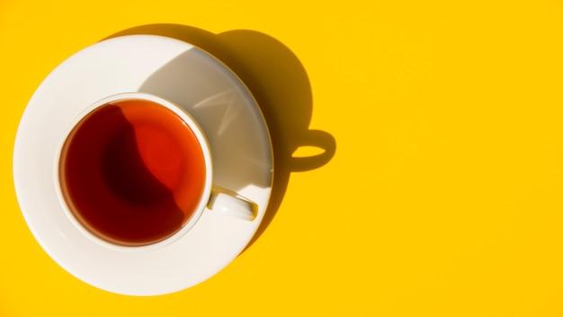 Flach lag das teetassenstillleben