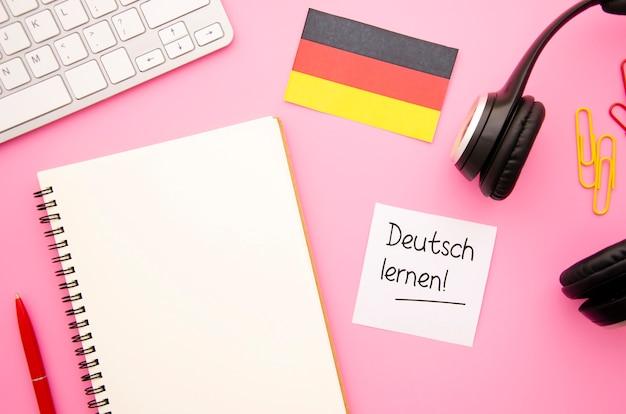 Flach lag leeres notizbuch mit deutscher flagge
