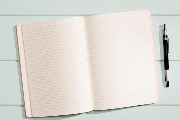 Flach lag minimalistisches notizbuch mit stift