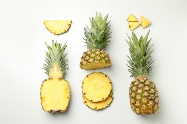 Flach lag mit ananas und scheiben auf weißem hintergrund