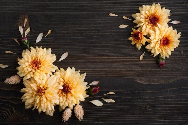 Flach lag mit gelbroter chrysantheme