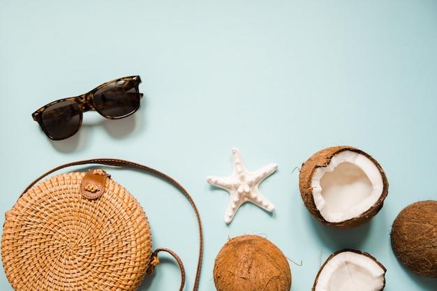 Flach lag mit reifen kokosnüssen auf blau
