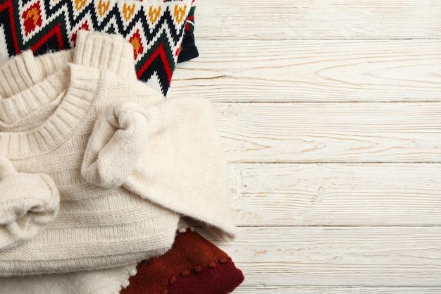 Flach lag mit verschiedenen bunten strickpullovern