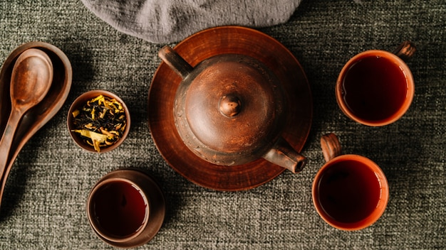 Flach lag wunderschönes set aus teekanne und tassen