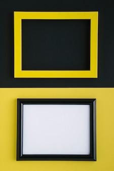 Flach lagen gelbe und schwarze leere rahmen