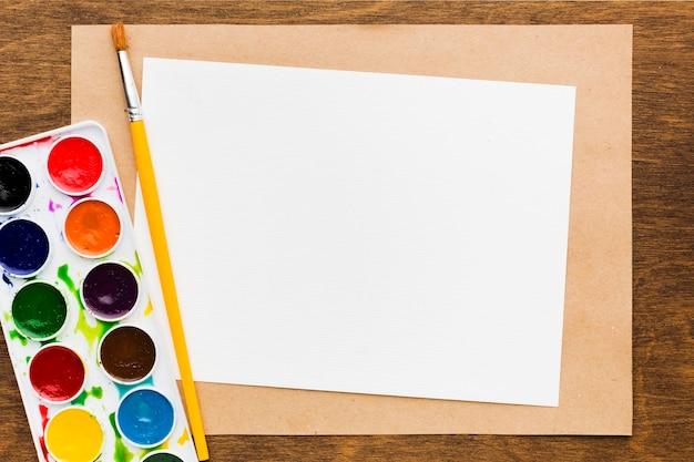 Flach leeres papier und farben