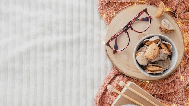 Flach legen gläser auf holzbrett mit garn und decke