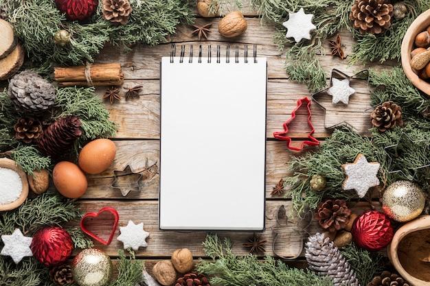 Flach legen leckere weihnachtsgeschenke mit leerem notizblock