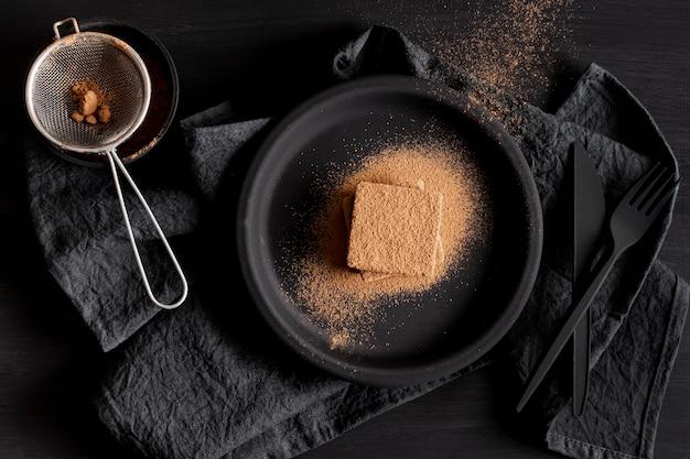 Flach legen schokoladenpulver und sieb