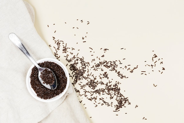 Flach legen schüssel mit schokolade auf einem tuch