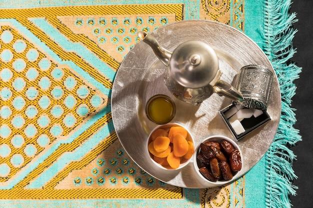 Flach legen sie arabischen tee und trockenfrüchte