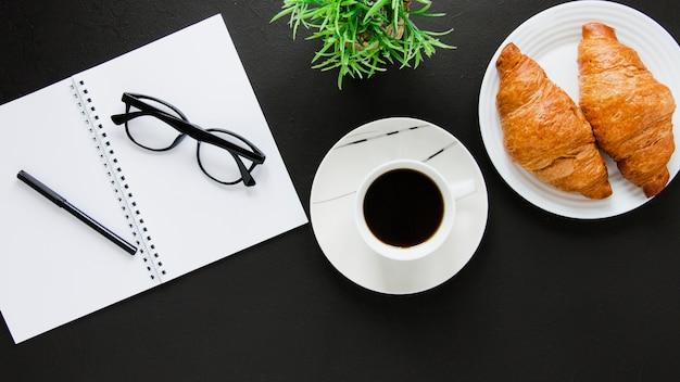 Flach legen sie croissants kaffee und notebook