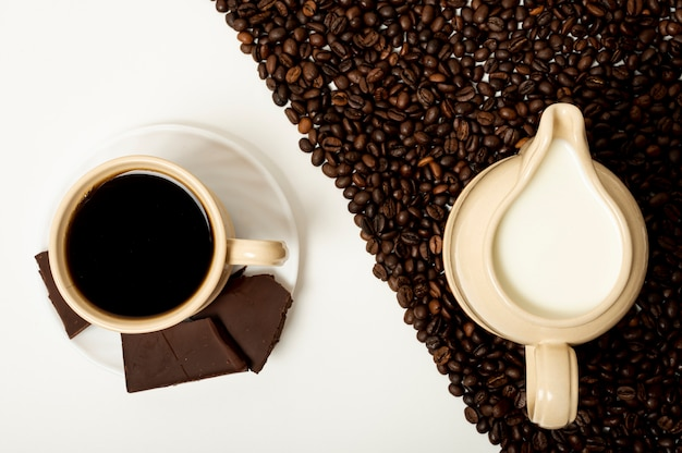 Flach legen sie kaffeetasse und milchanordnung