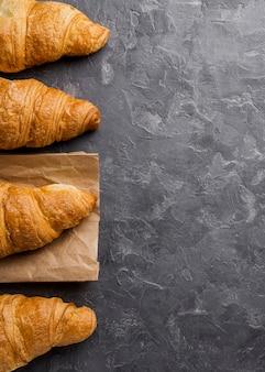 Flach legen sie leckere croissants und kopieren sie platz