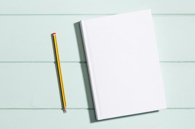 Flach legen sie minimalistisches papier mit bleistift