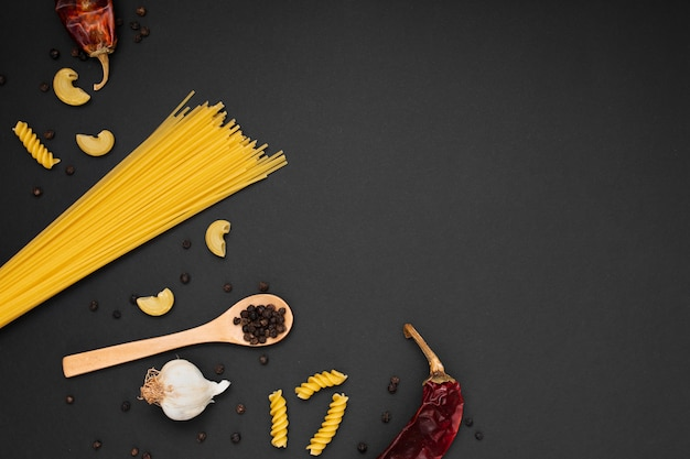 Flach legen sie ungekochte nudeln mit holzlöffel zutaten und kopie raum