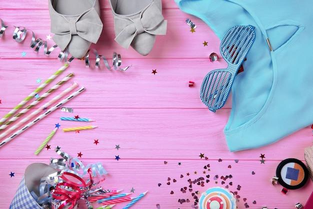 Flach liegen. festliche objekte auf rosa holztischhintergrund