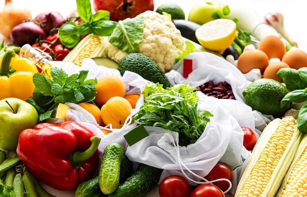 Flach liegen mit gesunden vegetarischen zutaten. rohkostkonzept. eine vielzahl von bio-obst und gemüse. Premium Fotos