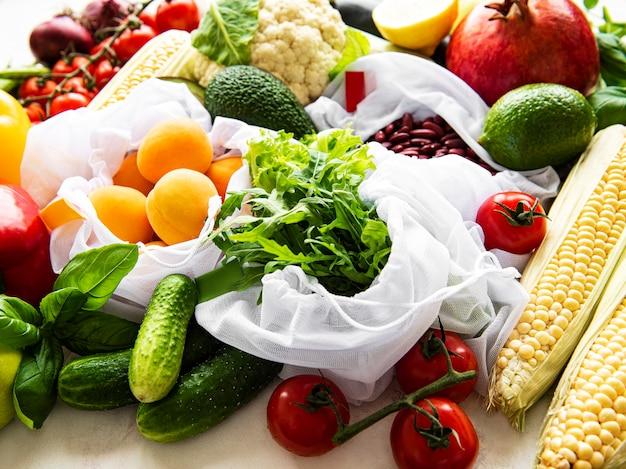 Flach liegen mit gesunden vegetarischen zutaten. rohkostkonzept. eine vielzahl von bio-obst und gemüse.