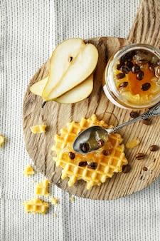 Flach liegen mit wiener waffeln mit birnenmarmelade mit kaffeebohnen.