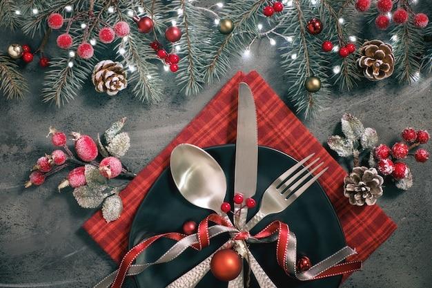 Flach liegend mit weihnachtsdekorationen in grün und rot