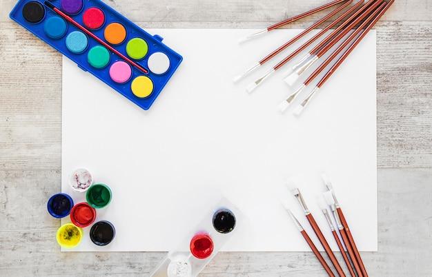 Flach liegende aquarellfarbe und pinsel
