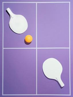 Flach liegende badmintonpaddel und ball