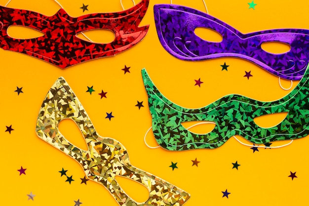 Flach liegende farbige masken und konfetti