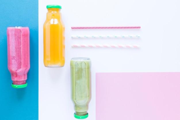 Flach liegende flaschen mit smoothie auf dem tisch