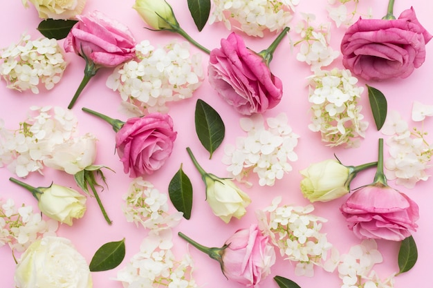 Flach liegende flieder- und rosenanordnung