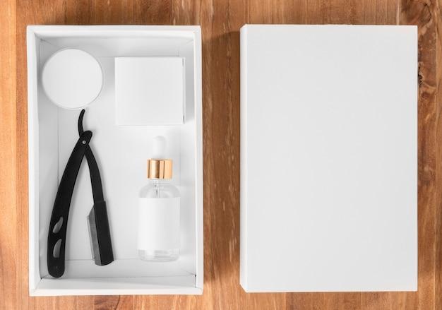Flach liegende friseurwerkzeuge und weiße kiste