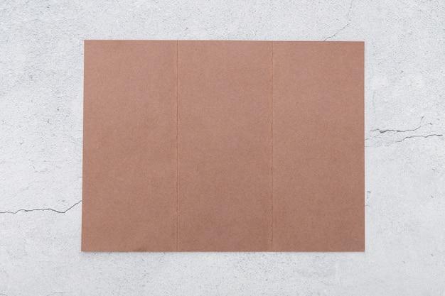 Flach liegende gefaltete rosa broschüre