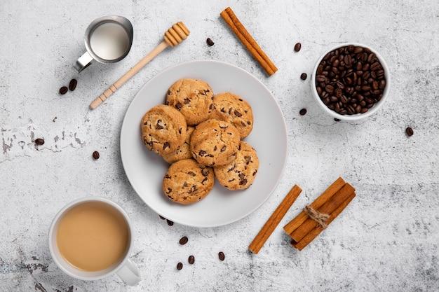 Flach liegende kekse und kaffee