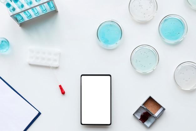 Flach liegende laborgeräte und smartphone