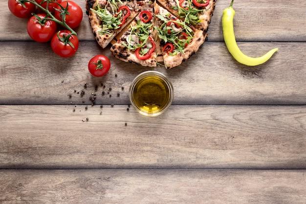 Flach liegende pizzastücke mit belag