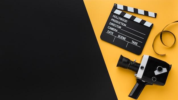 Flach liegende retro-filmkamera mit kopierraum