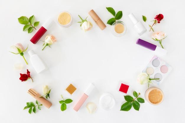 Flach liegende schönheitskosmetikprodukte in quadratischer form