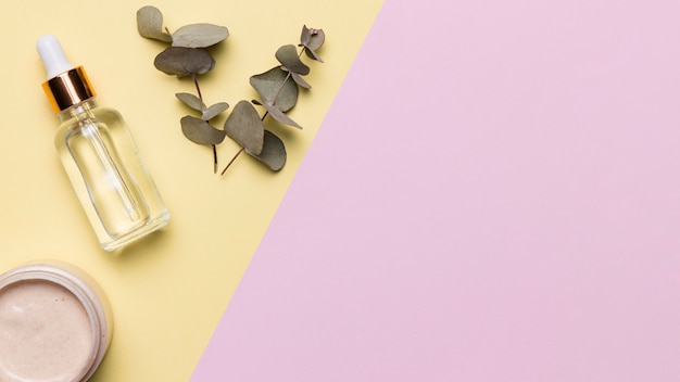 Flach liegende serumflasche mit pflanze