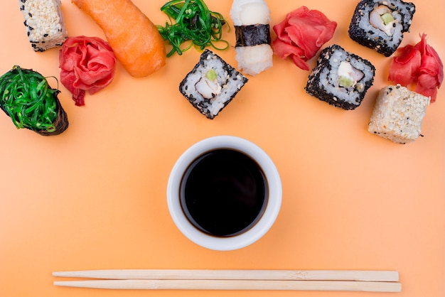 Flach liegende sojasuppe und sushi-rollen