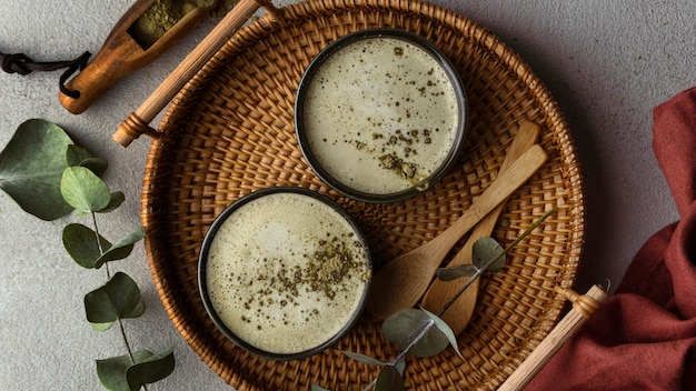 Flach liegende teetassen und kräuter