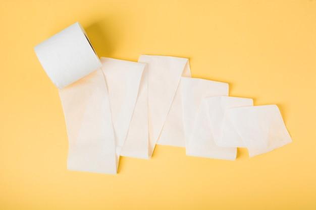 Flach liegende toilettenpapierrolle locker