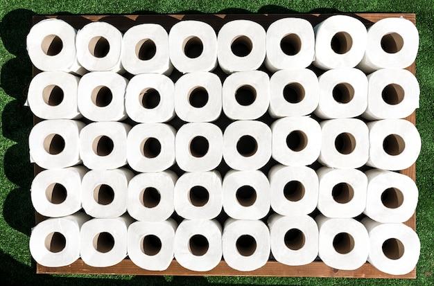 Flach liegende toilettenpapierrollen