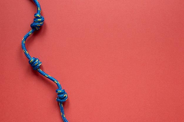Flach liegender blauer seemannsseilknoten